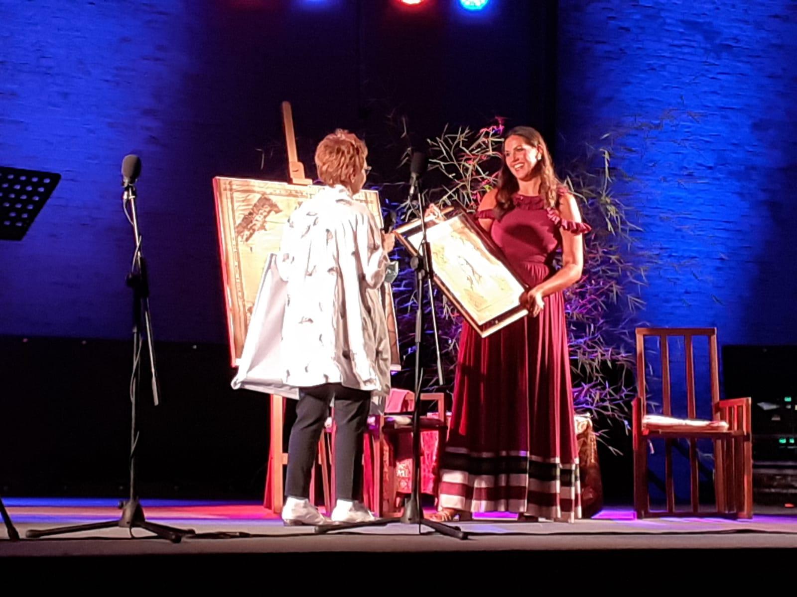 Angela Suozzo dona acquerello a soprano Federic Lombardi
